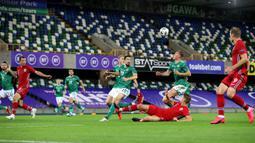 Bek Norwegia, Kristoffer Ajer, berebut bola dengan bek Irlandia Utara, Daniel Ballard, pada laga UEFA Nations League di Windsor Park, Selasa (8/9/2020) dini hari WIB. Norwegia menang telak 5-1 atas Irlandia Utara. (AFP/Paul Faith)