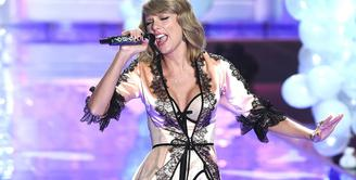 Taylor Swift pakai liingerie saat bernyanyi di fashion show Victoria's Secret pada 2014 lalu. (DAVID FISHER/REX/SHUTTERSTOCK)