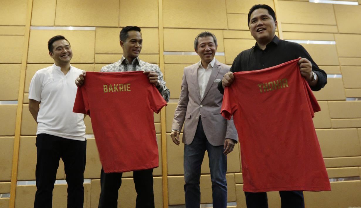 Erick Thohir dan Anindya Bakrie menunjukan jersey saat peluncuran Warrix Indonesia di Hotel Santika, Jakarta, Kamis, (6/2/2020). Apparel asal Thailand ini resmi masuk pasar Indonesia. (Bola.com/M Iqbal Ichsan)