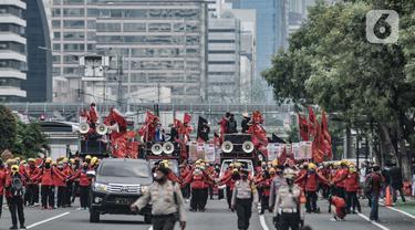Massa buruh dari berbagai daerah menggelar longmarch saat unjuk rasa di kawasan Patung Kuda, Jakarta, Selasa (10/11/2020). Dalam aksinya massa buruh mendesak Presiden Jokowi untuk membatalkan UU Cipta Kerja. (merdeka.com/Iqbal S. Nugroho)