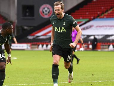 Striker Tottenham Hotspur, Harry Kane, melakukan selebrasi usai mencetak gol ke gawang Sheffield United pada laga Liga Inggris di Stadion Bramall Lane, Minggu (17/1/2021). Tottenham Hotspur menang dengan skor 3-1. (Stu Forster/Pool via AP)