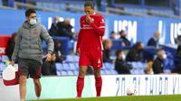 Bek Liverpool, Virgin van Dijk mengalami cedera saat menghadapi Everton dalam lanjutan Liga Inggris 2020/2021, Sabtu (17/10/2020). (Cath Ivill/Pool via AP)