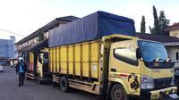 2 unit truk bertonase besar yang memuat 20 ton BBM ilegal asal Kabupaten Musi Banyuasin diamankan anggota Polda Sumsel (Liputan6.com / Nefri Inge)