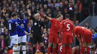Insiden tekel Ross Barkley kepada Dejan Lovren pada laga Liverpool vs Everton di Anfield. (Peter Byrne/PA via AP)
