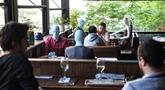 Manekin, ditempatkan di beberapa meja oleh pemilik kafe untuk tetap menjaga aturan sosial dengan pelanggan, selama membuka kembali restoran dan kafe di Istanbul (1/6/2020). (AFP Photo/Ozan Kose)