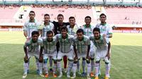Tim  Surabaya United Saat bertanding pada laga Piala Jenderal Sudirman di Stadion Maguwoharjo, Sleman, Minggu (13/12/2015). (Bola.com/Nicklas Hanoatubun)