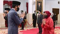 Presiden Joko Widodo (kiri) memberi selamat kepada Tri Rismaharini usai melantiknya sebagai Menteri Sosial di Istana Negara, Jakarta, Rabu (23/12/2020). (Foto: Muchlis Jr - Biro Pers Sekretariat Presiden)