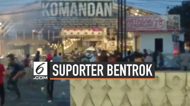 Suporter klub sepakbola Persija Jakarta, Jakmania terlibat bentrok dengan pendukung PSM Makassar di depan kafe Komandan, Tebet, Jakarta Selatan.