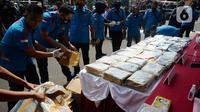 Barang bukti diperlihatkan saat konferensi pers kasus narkoba di halaman Polres Metro Jakarta Selatan, Senin (3/8/2020). Polisi berhasil menggagalkan penyelundupan 160 kg narkotika jenis ganja dan 131 kg sabu jaringan lintas Sumatera-Jawa. (merdeka.com/Dwi Narwoko)