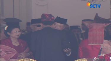 Presiden Joko Widodo atau Jokowi tampak menyalami Presiden ke-6, Susilo Bambang Yudhoyono (SBY) yang didampingi Ibu Ani Yudhoyono.