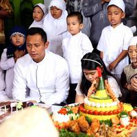 Annisa Pohan didampingi Agus Harimurti Yudhoyono menggelar syukuran ulang tahunnya yang ke-35 (Nurwahyunan/Bintang.com)