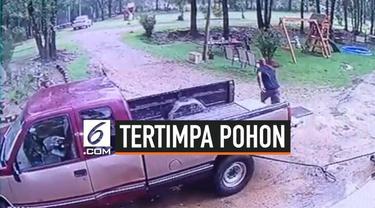 Momen menegangkan terekam kamera CCTV saat seorang pria hampir saja tertimpa pohon saat angin tornado terjadi.