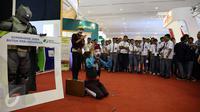 Pengunjung melihat aksi pantomim di gerai BPJS ketenagakerjaan pada acara IBD Expo 2016 di JCC, Jakarta, Sabtu (10/9). Kegiatan ini untuk mengkampanyekan pentingnya jaminan sosial bagi tenaga kerja. (Liputan6/JohanTallo)