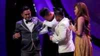 Deswa menangis saat para host dan juri menanyakan keluarganya yang tidak menyaksikan Deswa secara langsung.
