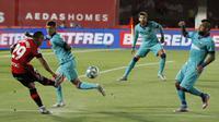 Pemain Marllorca Cucho (kiri) menendang bola saat melawan Barcelona pada pertandingan La Liga di Son Moix Stadium, Palma de Mallorca, Spanyol, Sabtu (13/6/2020). Barcelona membantai Mallorca dengan skor 4-0. (AP Photo/Francisco Ubilla)