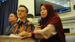 Keluarga korban tragedi pesawat Lion Air JT-610 Merdian Agustin (kanan) memberi keterangan saat konferensi pers di Jakarta, Senin (8/4). Tuntutan ini terus disuarakan lantaran Lion Air dianggap kerap berdalih lewat berbagai cara untuk menuntaskan tanggung jawabnya. (Liputan6.com/Angga Yuniar)