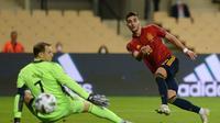Aksi Ferran Torres membobol gawang Timnas Jerman dan membawa Spanyol menang telak 6-0 dalam laga UEFA Nations League di Sevilla, Rabu (18/11/2020) dini hari WIB. (CRISTINA QUICLER / AFP)