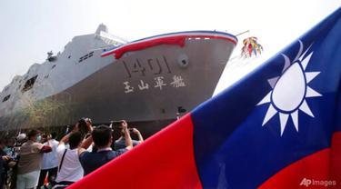 Kapal pengangkut Yushan saat upacara peluncuran dermaga transportasi amfibi pribumi pertamanya di Kaohsiung, Taiwan selatan, 13 April 2021. (Foto: AP / Chiang Ying-ying)
