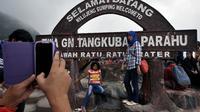 Gunung Tangkuban Perahu ini terakhir kali meletus pada tahun 2013, tetapi hingga saat kini masih banyak wisatawan lokal maupun mancanegara yang menyukai tempat eksotis tersebut. (Liputan6.com/Johan Tallo)