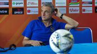 Pelatih Arema, Milomir Seslija, tampak lesu menunggu pemainnya dalam sesi konferensi pers melawan Madura United, Kamis (7/11/2019). (Bola.com/Iwan Setiawan)