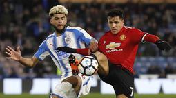 Pemain Huddersfield, Philip Billing (kiri) berebut bola dengan pemain Manchester United, Alexis Sanchez pada putaran kelima Piala FA di John Smith stadium, Huddersfield, (17/2/2018). Manchester United menang 2-0. (Martin Rickett/PA via AP)