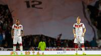 Kapten Jerman Bastian Schweinsteiger (kanan) dan bek Jerman Jerome Boateng  bersiap memulai babak kedua pertandingan melawan Timnas Skotlandia di Hampden Park , Glasgow , Skotlandia, Senin (7/9/2015). (Reuters/Russell Cheyne)