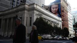 Pemandangan mural dengan gambar aktivis perubahan iklim Greta Thunberg asal Swedia di sebuah gedung di pusat Kota San Francisco, California, 11 November 2019. Mural setinggi 18 meter dan lebar 9 meter itu dibuat seniman jalanan asal Argentina, Andres Petreselli. (Justin Sullivan/Getty Images/AFP)