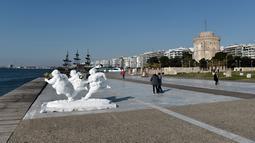 Patung karya seniman China Xu Hongfei dipamerkan di Thessaloniki, Yunani, Rabu (19/12). Keberadaan patung-patung tersebut sebagai bagian dari pekan budaya dan tur dunia pameran seni patung. (Sakis Mitrolidis/AFP)