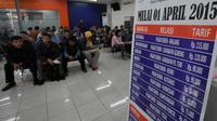 PT Kereta Api Indonesia (Persero) atau PTKAI mengumumkan mulai 1 April 2015 tarif kereta api kelas ekonomi jarak sedang dan jarak jauh mengalami kenaikan harga hingga mencapai 100 persen, Jakarta, Jumat (13/3/2015). (Liputan6.com/Johan Tallo)