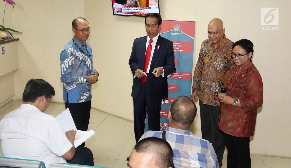 Presiden Jokowi (tengah) didampingi Menlu Retno Marsudi (kanan) meninjau Ruang Pelayanan Terpadu di Kementerian Luar Negeri, Jakarta, Senin (12/2). Ruangan itu menyediakan fasilitas pelayanan terpadu untuk kekonsuleran. (Liputan6.com/Angga Yuniar)