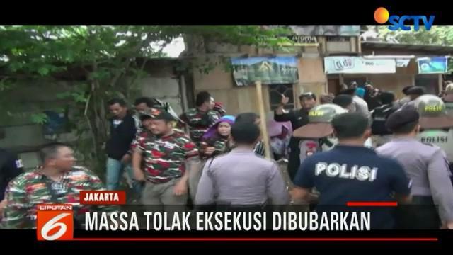 Ratusan massa yang hendak melakukan aksi penolakan eksekusi di Rawamangun dibubarkan polisi.