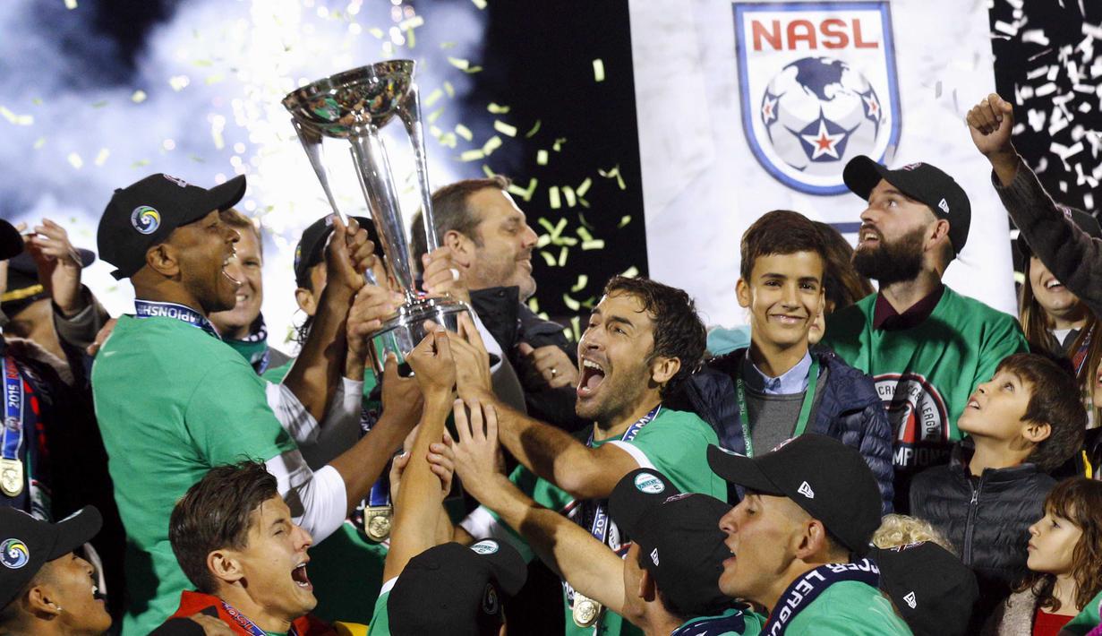 Pemain New York Cosmos, Raul Gonzalez (tengah) merayakan gelar juara bersama rekanya usai mengalahkan Ottawa Fury pada Liga nasional Amerika Utara (NASL) di Hempstead, New York, Minggu (15/11/2015). (REUTERS/Brendan McDermid)