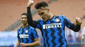 Striker Inter Milan, Lautaro Martinez, melakukan selebrasi usai mencetak gol ke gawang Crotone pada laga Liga Italia di Stadion Giuseppe Meazza, Minggu (3/1/2021). Inter Milan menang dengan skor 6-2. (AP/Antonio Calanni)