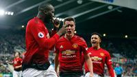 Striker Manchester United, Romelu Lukaku berselebrasi bersama rekannya usai mencetak gol ke gawang Newcastle United selama pertandingan lanjutan Liga Inggris di St James 'Park (2/1). MU menang 2-0 atas Newcastle. (Owen Humphreys/PA via AP)