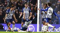 Para pemain Brighton and Hove Albion merayakan gol yang dicetak oleh Alireza Jahanbakhsh ke gawang Chelsea pada laga Premier League di Stadion AMEX, Rabu (1/1/2020). Kedua tim bermain imbang 1-1. (AP/(Gareth Fuller)