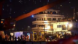 Tim penyelamat melakukan pencarian di lokasi kecelakaan bus yang jatuh dari jembatan ke Sungai Yangtze di barat daya Chongqing, China (1/11). Bus penumpang tersebut terlebih dulu bertabrakan dengan sebuah mobil sebelum jatuh ke sungai. (AFP Photo/Str)