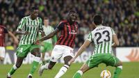 Pemain AC Milan, Tiemoue Bakayoko tampil apik pada fase grup Liga Europa yang berlangsung di Stadion Benito Villamarin, Spanyol (9/11),  AC Milan bermain imbang 1-1 kontra Real Betis (AFP/Cristina Quicler)