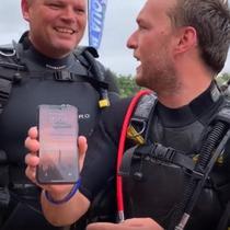 Tim penyelam berhasil menemukan iPhone X di dasar danau, uniknya iPhone X ini masih menyala meski berhari-hari terendam di dasar danau (Foto: Cult of Mac)