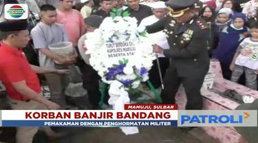 Polisi korban banjir bandang di Mamuju, Sulawesi Barat dikenal masyarakat sering membantu orang yang membutuhkan.