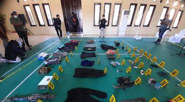 Puluhan barang milik Ali Kalora dan Jaka yang tewas dalam baku tembak dengan Satgas Madago Raya ditunjukkan aparat di Mapolres Parigi Moutong, Minggu (19/9/2021). (Foto: Rahman Odi).