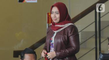 Istri mantan Menpora Imam Nahrawi, Shobibah Rohmah bersiap menjalani pemeriksaan di Gedung KPK, Jakarta, Kamis (19/12/2019). Shobibah Rohmah diperiksa sebagai saksi dalam perkara kasus dugaan suap dana hibah KONI yang menjerat suaminya. (merdeka.com/Dwi Narwoko)