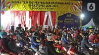 Pemudik motor saat melintas di posko penyekatan mudik di Kedungwaringin, Kabupaten Bekasi, Jawa Barat, Minggu (9/5/2021). H-3 jelang Idul Fitri, petugas gabungan TNI, Polri, Dishub, dan Satpol PP memperketat penjagaan pemudik di perbatasan Kabupaten Bekasi-Karawang. (Liputan6.com/Herman Zakharia)