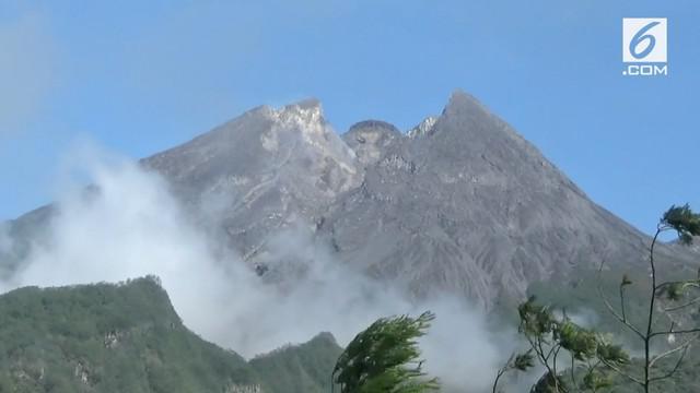 Gunung Merapi meluncurkan lava pijar sejauh 500 an meter. Meskipun tergolong aman masyarakat yang tinggal di lereng Merapi tetap waspada
