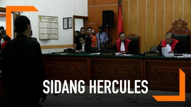 Hercules menjalani sidang vonis hari ini. Majelis hakim PN Jakarta Barat menjatuhi hukuman penjara 8 bulan dalam kasus penyerobotan lahan.