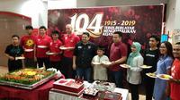 CEO PSM Makassar, Munafri Arifuddin (tengah, berpakaian hitam) bersama perwakilan pemain dan keluarga besar PSM Makassar dalam syukuran 104 tahun klub berjulukan Juku Eja itu di lobi Stadion Andi Mattalatta, Mattoangin, Makassar, Senin (4/11/2019). (Bola.com/Abdi Satria)
