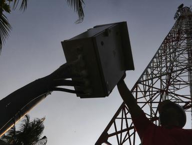 Petugas PT Tower Bersama Infrastructure Tbk (TBIG) melakukan perawatan rutin tower di Kepulauan Seribu, Rabu, 18/9/2019). PT TBIG memiliki 26.713 penyewaan dan 15.344 site telekomunikasi tersebar di seluruh indonesia, ditargetkan akan menambah 3000 penyewaan di tahun 2019. (Liputan6.com/Johan Tallo)