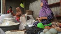 Pedagang beras di pasar tradisional Cinangsi Kecamatan Gandrungmangu Kabupaten Cilacap, Jawa Tengah. (Foto: Liputan6.com/Muhamad Ridlo)