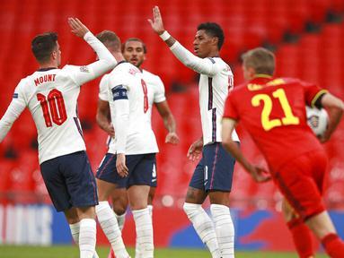 Penyerang Inggris, Marcus Rashford, melakukan selebrasi bersama Mason Mount usai mencetak gol ke gawang Belgia pada laga UEFA Nations League di Stadion Wembley, Minggu (11/10/2020). Inggris menang dengan skor 2-1. (AP/Ian Walton, Pool)