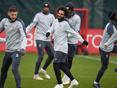 Para pemain Liverpool melakukan pemanasan selama sesi latihan tim di Melwood di Liverpool, Inggris (16/4). Liverpool akan bertanding melawan wakil Portugal, FC Porto pada leg kedua babak perempatfinal Liga Champions di Estadio do Dragao. (AFP Photo/Paul Ellis)