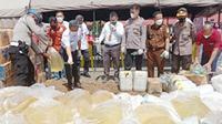 Pemusnahan ribuan liter minuman beralkohol jenis Cap Tikus pada Rabu (30/6/2021), di halaman Mapolres Minahasa Selatan.